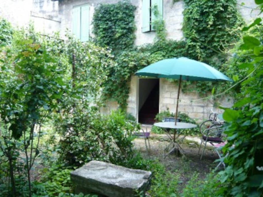 Maison enti re dans un jardin calme maisons louer for Entretien jardin villeneuve les avignon