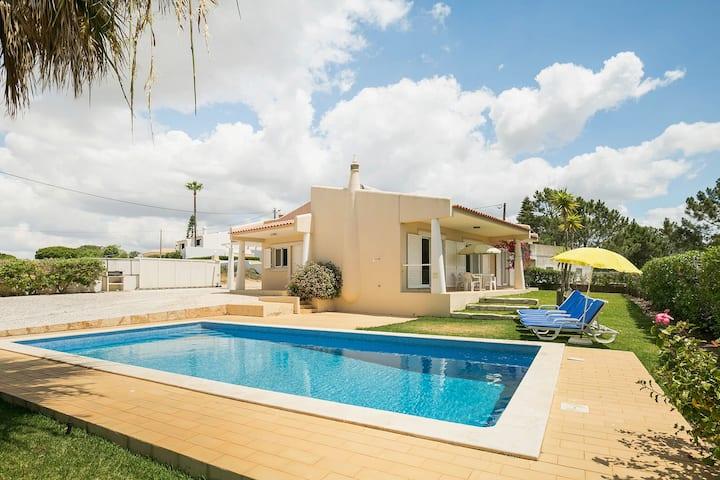 Animada casa de vacaciones en Albufeira con piscina privada a 500 metros de la playa