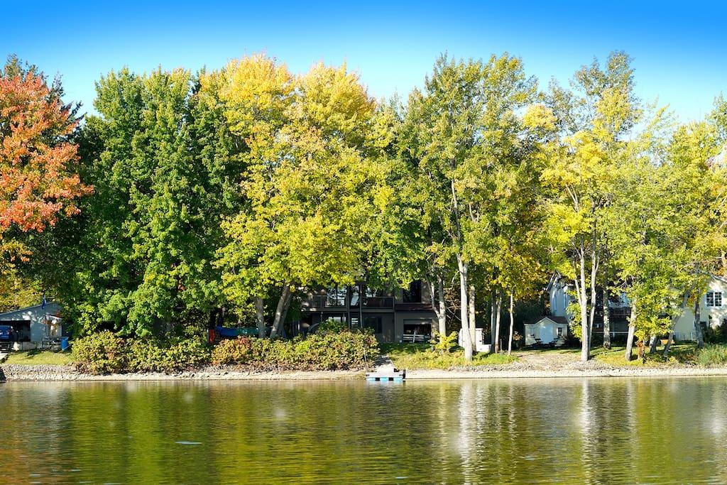 Vue de la demeure à partir de l'eau  / View of the place from the river