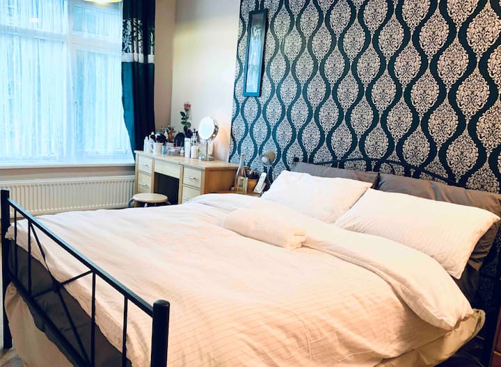 Soft comfy double bed  at city centre home to stay