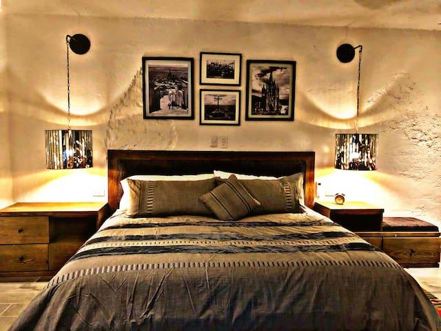 Cama King, con mucho espacio, colchon, almohadas y ropa de cama para soñar