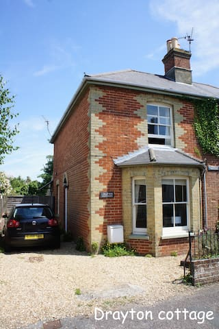 Seaside cottage great garden Bembridge sleeps 4+ - Bembridge - บ้าน