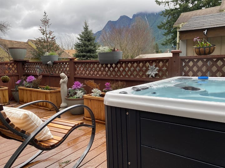 North Bend Escapes North Bend Downtown Cottage with private back yard, hot tub