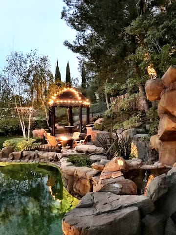 Private Pool & Hot Tub Getaway - West Hills Suite - Los Angeles - Hus
