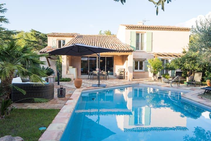Suite privée indépendante au r.d.c. vue piscine.