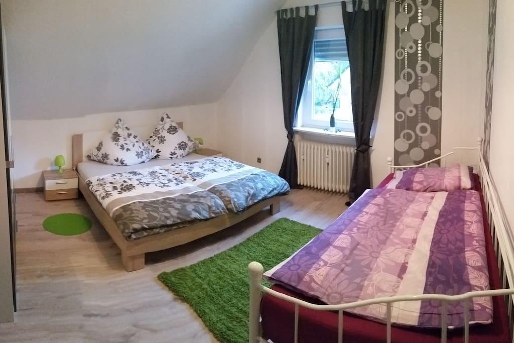 Doppelbett+Einzelbett mit Kleiderschrank