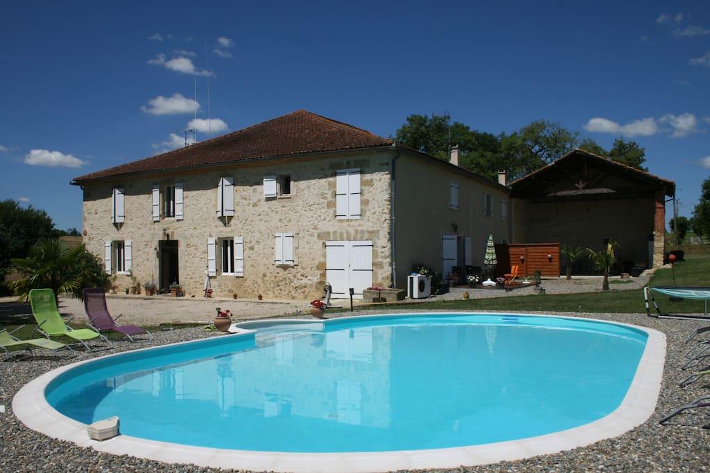 G te moderne de 100m avec piscine appartements louer for Location gite de france avec piscine