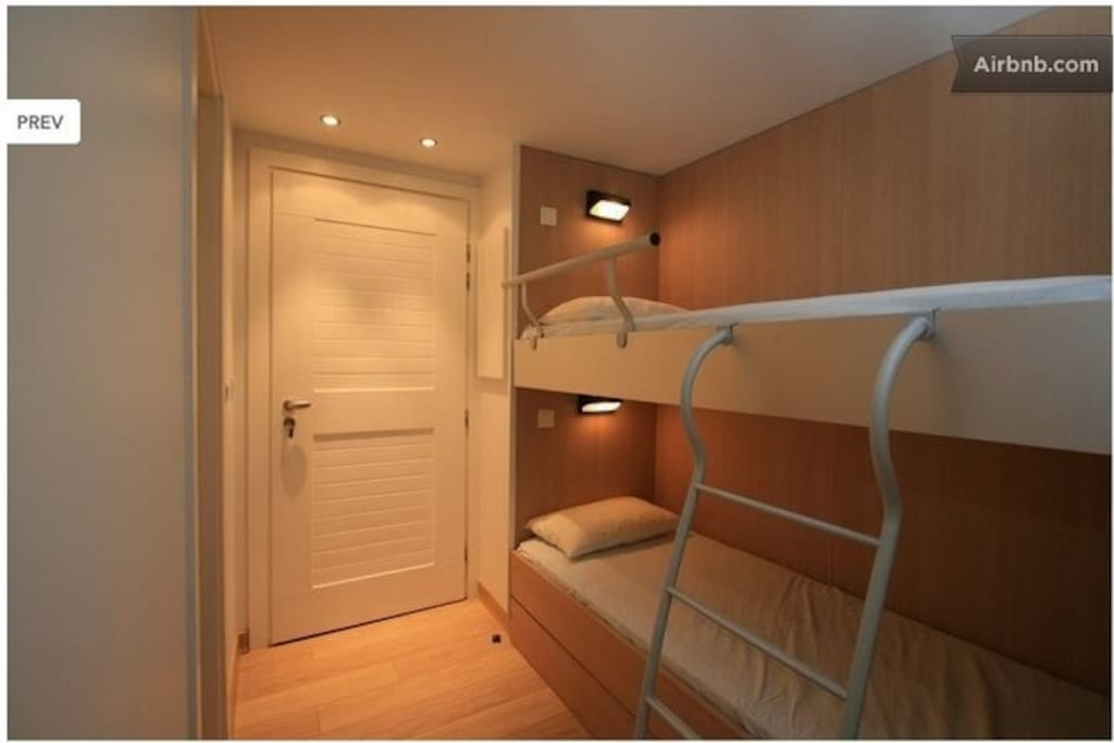 la pièce d'entrée indépendante avec ses deux lits superposés