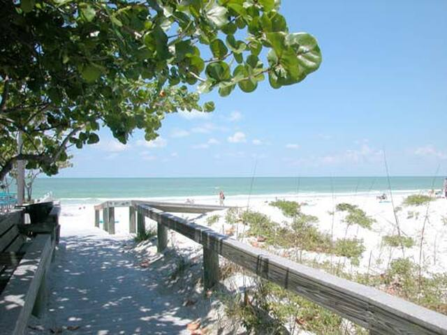 Adorable Sunny Island BeachHouse wifi & bikes W22 - St. Pete Beach - Apartment