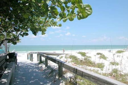Adorable Sunny Island BeachHouse wifi & bikes W22 - St. Pete Beach