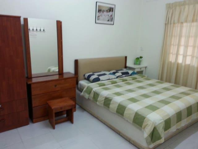 Bedroom 1 (queen size bed)