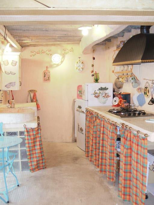 la cucina con il piano piastrellato