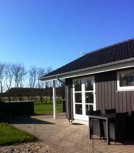 Lyst og moderne sommerhus