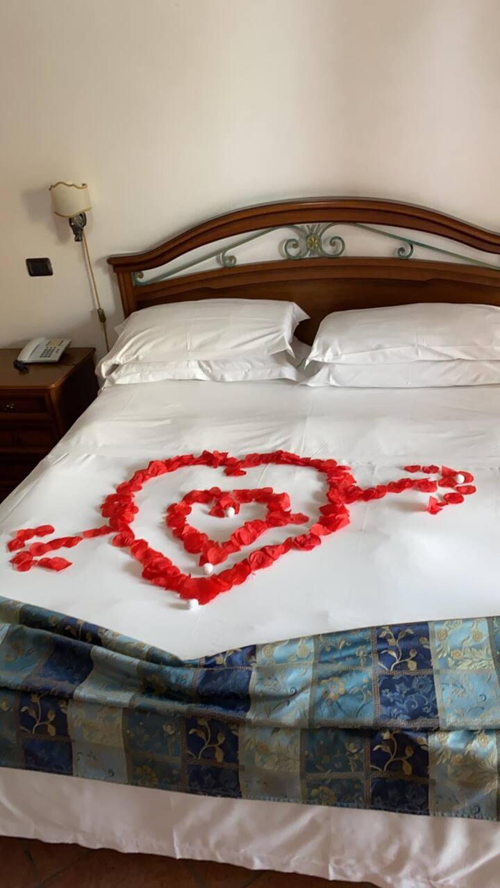 LOVE-ROOM PER  INNAMORATI PETALI VINO CUORE Suite