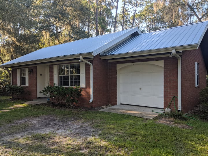 Quiet cottage 10 minutes from downtown Deland