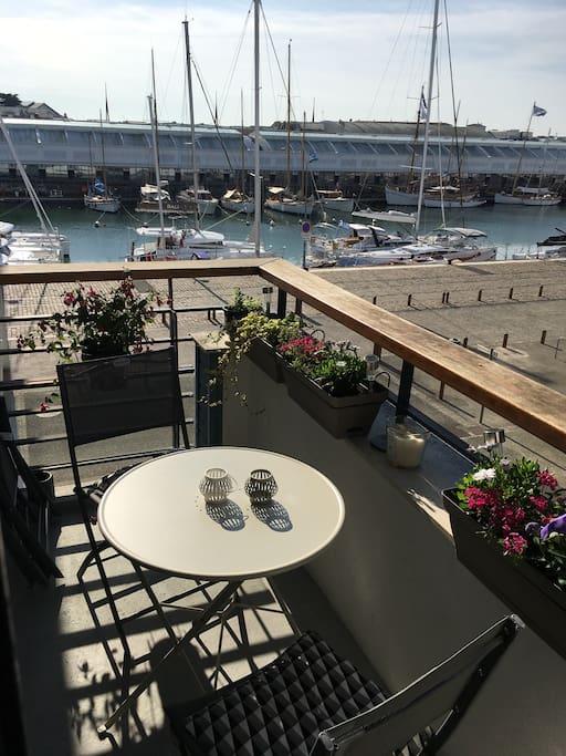Le balcon avec vue sur les bateaux