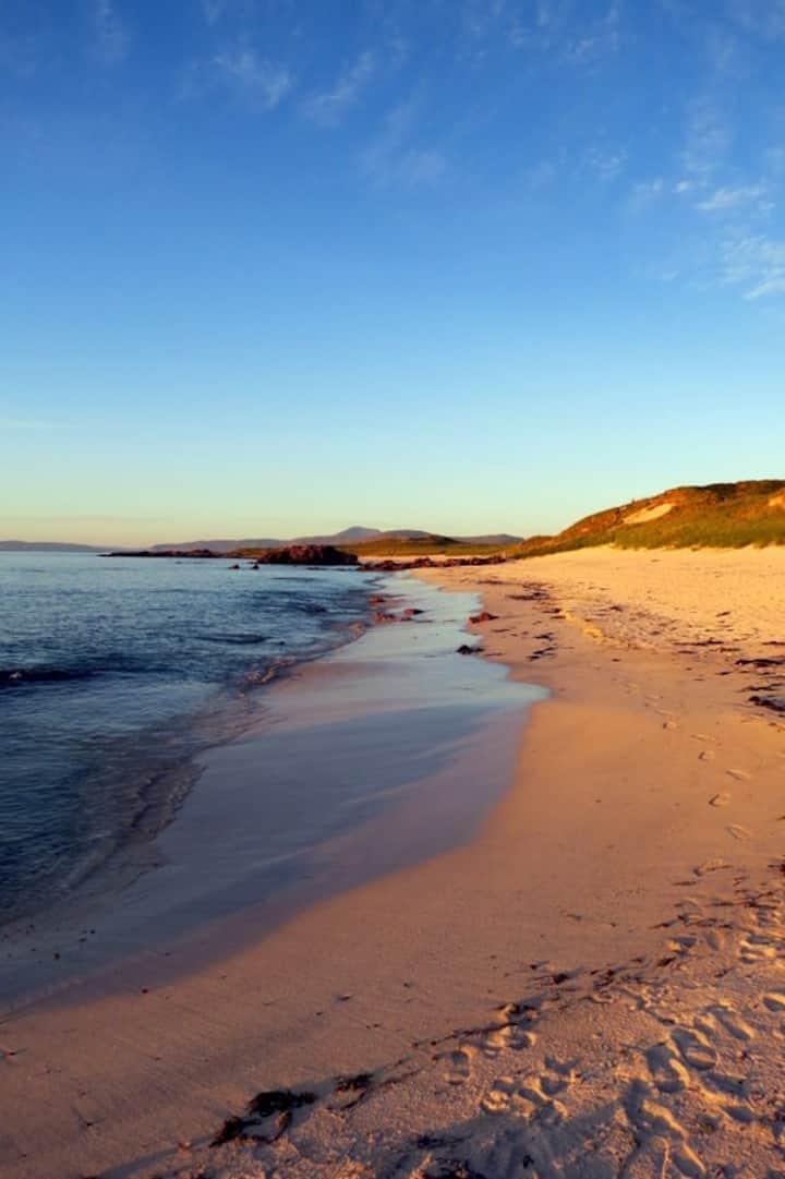 Iona Snug: Barefoot to the beach.