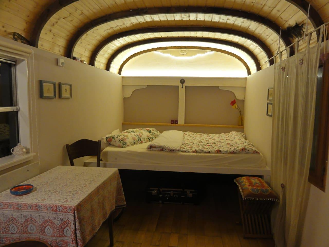 Schlafzimmer mit 140cm breiten Bett.