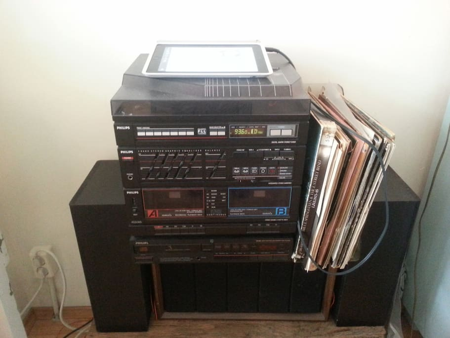 80's Stereo with vinyl, but also Ipad/Iphone plug in.