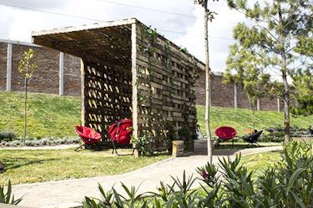 Tranquilas áreas verdes con pérgolas para descansar