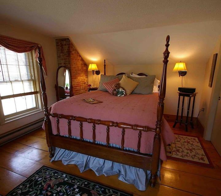 Federal House Inn, Historic B&B, Sunny Room