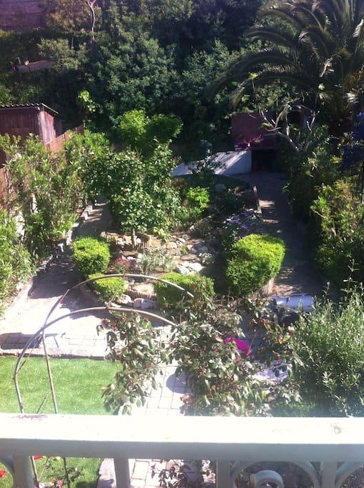 jardin arboré avec terrasse et barbecue