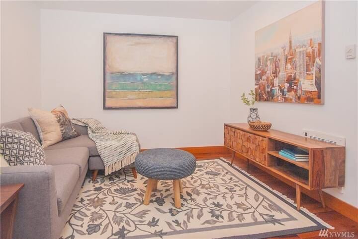 Well-located Suite w/Private Yard,Living area&Bath