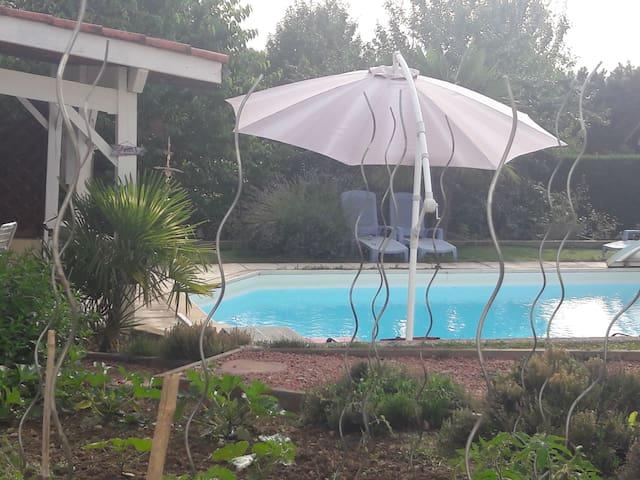 pres VICHY Chambre agréable avec  vue   piscine