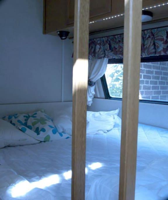 Sängen. The bed.