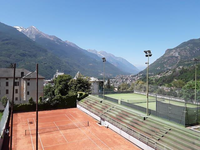 Il campo da tennis del Grand Hotel Billia su cui si affaccia la casa.