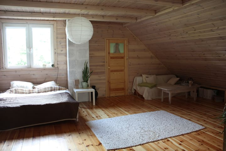 Górna sypialnia z łazienką, jest to ogromna przestrzeń dobra zarówno dla 2 osób jak i 8!