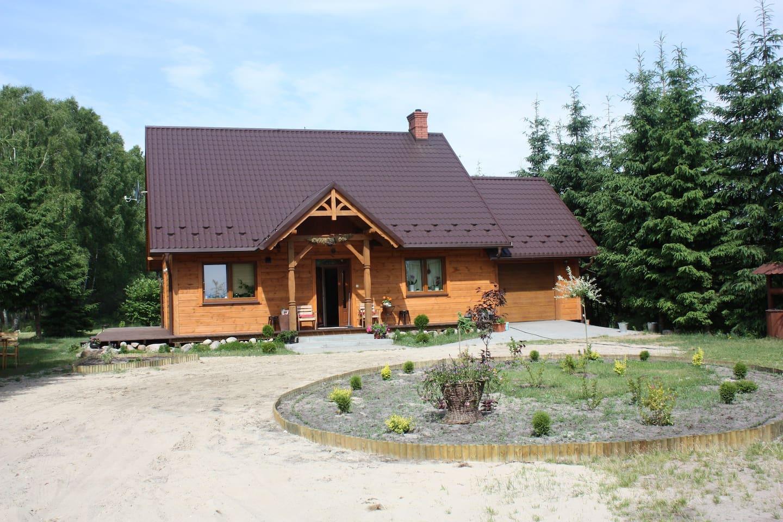 Drewniany dom w cudownie zielonej okolicy