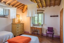 Visteria: First floor twin bedded room with en-suite bathroom with shower