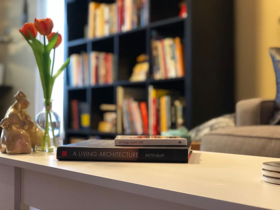 Enjoy our cozy living room with plenty of books, games or apple TV