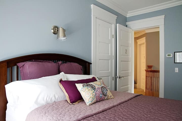 Wishmaker House Bed and Breakfast-Nancy's Room