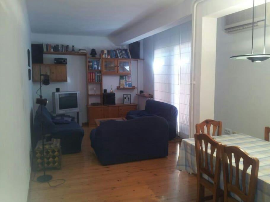 Salón/comedor con dos ambientes. Muy luminoso. TV con DVD y Home-cinema.