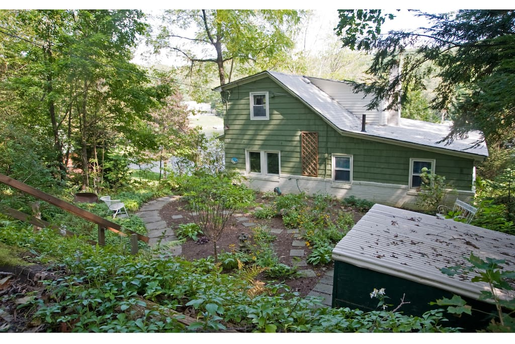Behind the garden and the cottage, a huge swimming hole where you can spend the whole day.