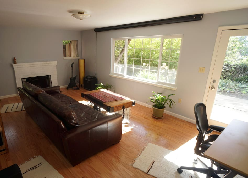 Large 1 Bedroom Apartment Home Theater Fireplace Guest Suites For Rent In Berkeley