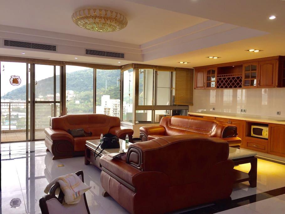 客厅与阳台相连,拥有无油烟厨房
