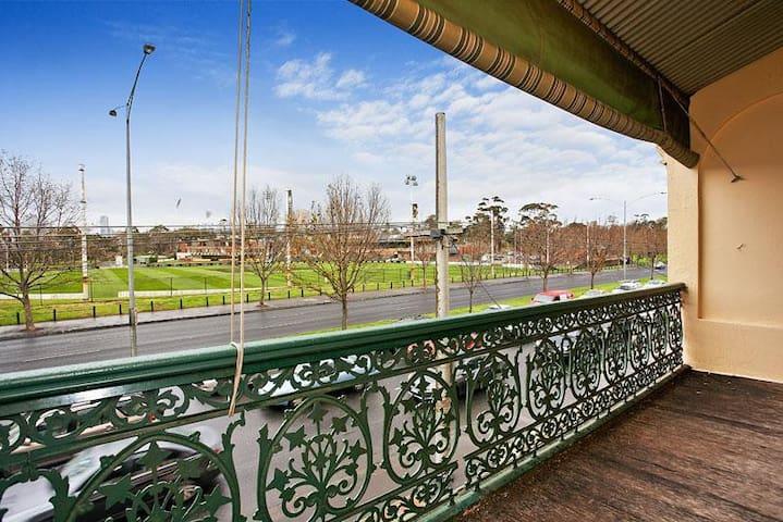 Beautiful Terrace house next to Melbourne park