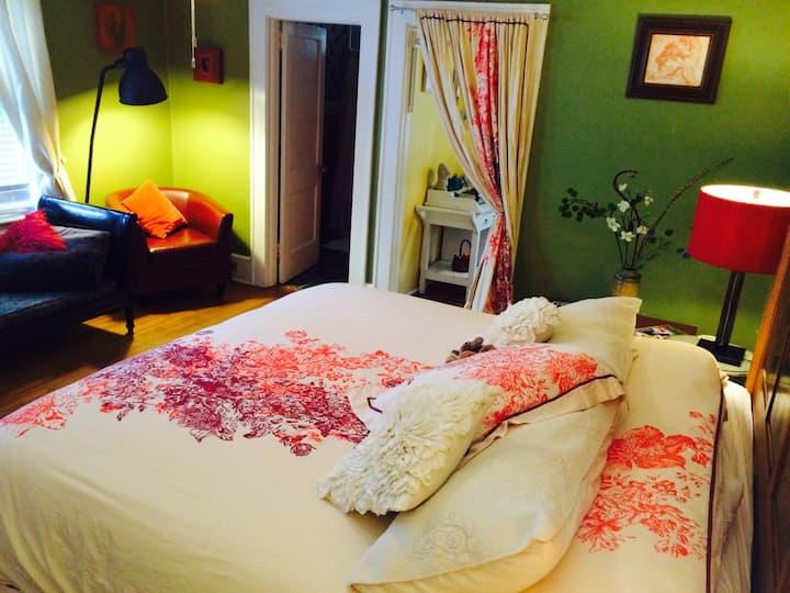 Romantic Vintage Studio— Clean, Near Downtown!