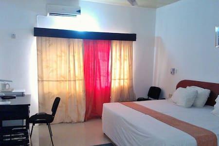 4 Ensuite bedrooms close to Beach - Prampram - Bed & Breakfast