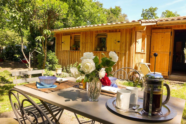 Petit déjeuner dans le jardin - breakfast in the garden