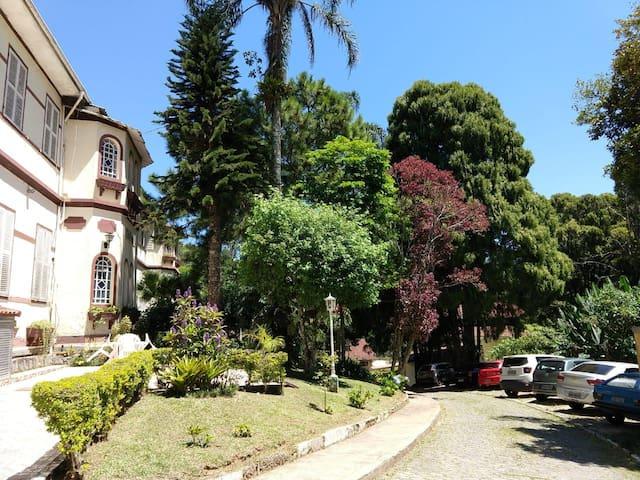 Petrópolis todo charme em condomínio bem familiar