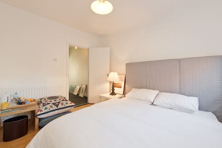 Quiet double bedroom , South Dublin 8 - Dublin  - Haus
