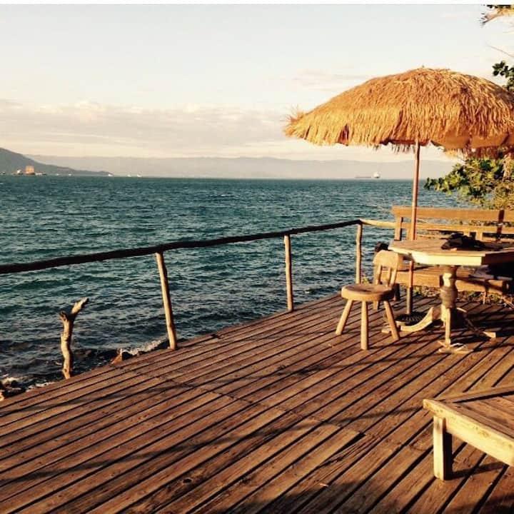 Casa sobre o mar , dentro de uma praia particular