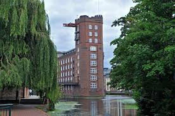 Trendy Riverside Studio Apartment town centre