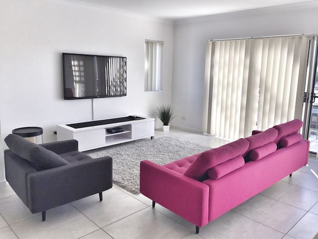 Stylish Apartment 3 min to beach