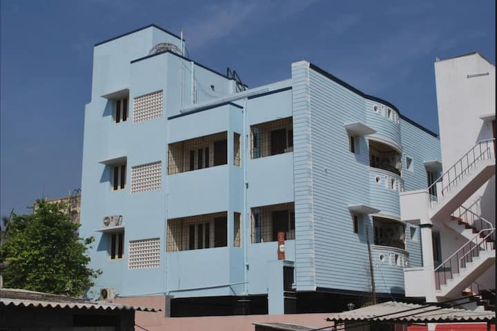 Comfy room in Velachery close to shopping.