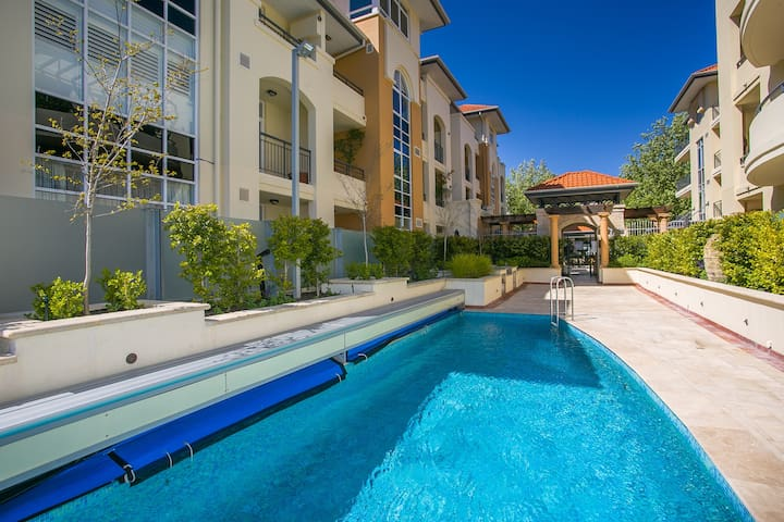 Luxe Large Apartment  Pool On-site Perfect Location. Walk to Optus Stadium & City